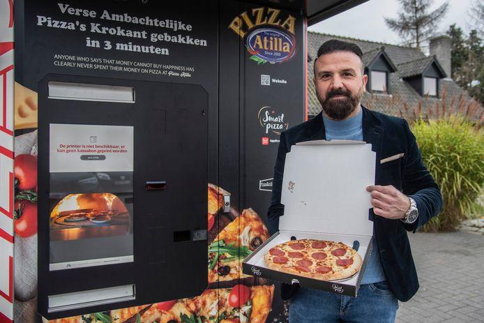 Atilla Ertas bij de pizza-automaat aan het Essotankstation langs de Gentsesteenweg in Zele.