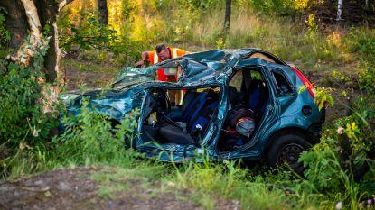 Auto met vijf jongeren gaat in Lommel van weg bij terugkeer van Vestiville