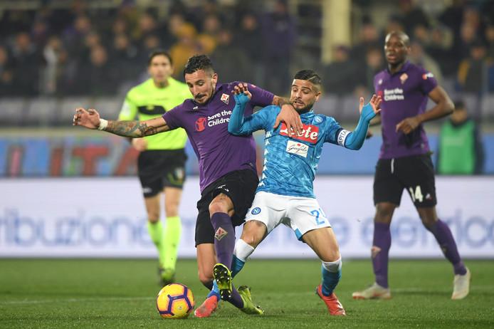 Federico Ceccherini (A.C. Fiorentina) vecht een duel uit met Lorenzo Insigne (SSC Napoli).