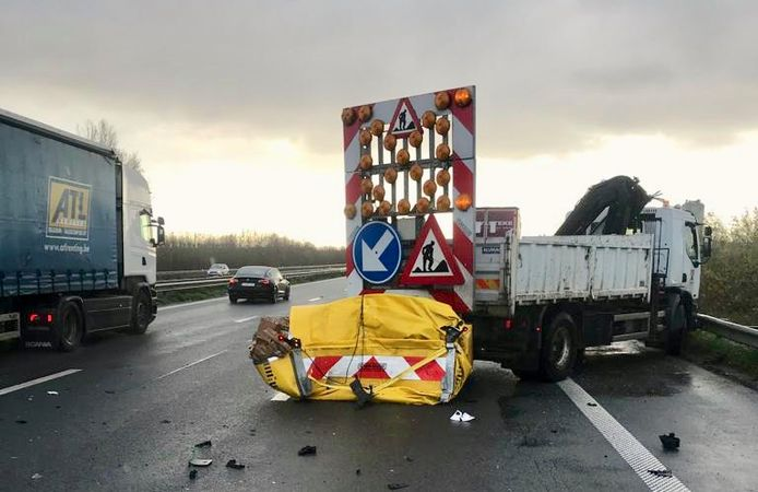 Een signalisatievoertuig met stootkussen van het bedrijf Tibergyn uit Gullegem werd aangereden door een vrachtwagen, op de E403 in Sint-Eloois-Winkel. Het stootkussen werd helemaal ingedrukt.