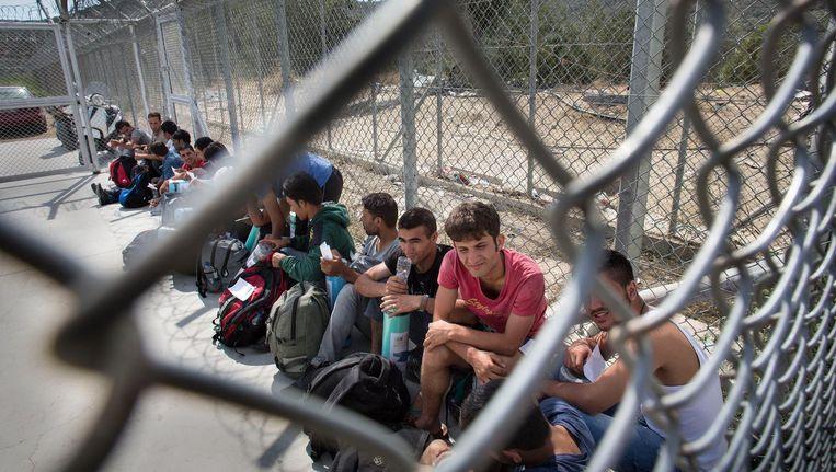 Vluchtelingen wachten om geregistreerd te worden op Lesbos (2015). Beeld null