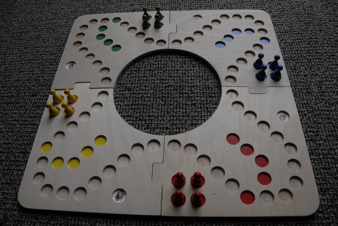 Keezen lijkt op mens-erger-je-niet, maar in plaats van dobbelstenen gebruik je een stok kaarten en daarmee kun je de tegenstander plagen.