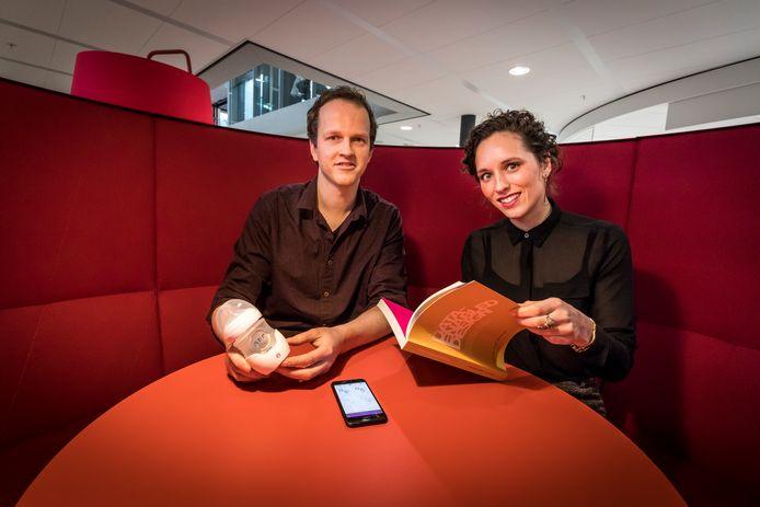 Sander Bogers en Janne van Kollenburg met hun slimme babyfles.