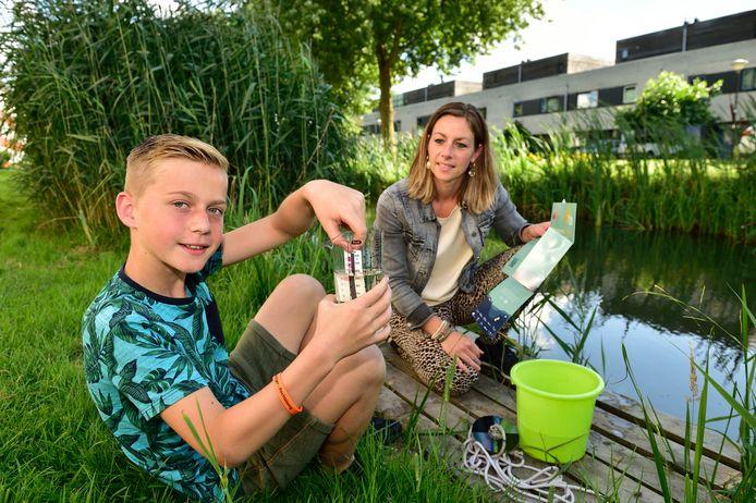 Leoni Runge deed met haar zoon Rens mee aan het burgeronderzoek waterkwaliteit.