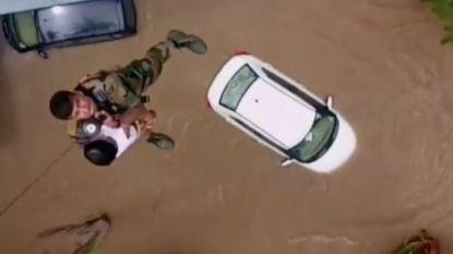 Helikopterbeelden tonen hoe peuter gered wordt van overstromingen in India