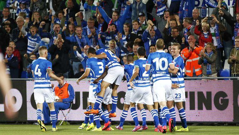 Spelers en supporters juichen na de openingstreffer van Jody Lukoki van PEC Zwolle. Beeld anp