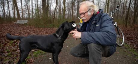 Hond Hugo haalt blikjes en flesjes uit de natuur in Marknesse