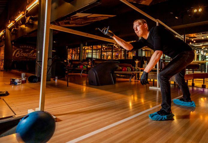 Afstand, schone ballen, handschoenen en overschoenen. Bowlen is bij uitstek geschikt om coronamaatregelen na te leven, vindt de branche zelf.