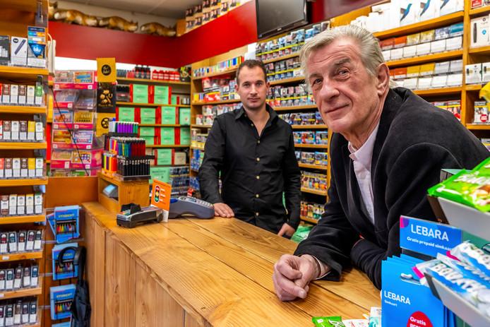 Leon en zijn vader Leo de Groot, eigenaar van Sigaren Magazijn In 't Vosje aan de Nobelstraat nemen afscheid.