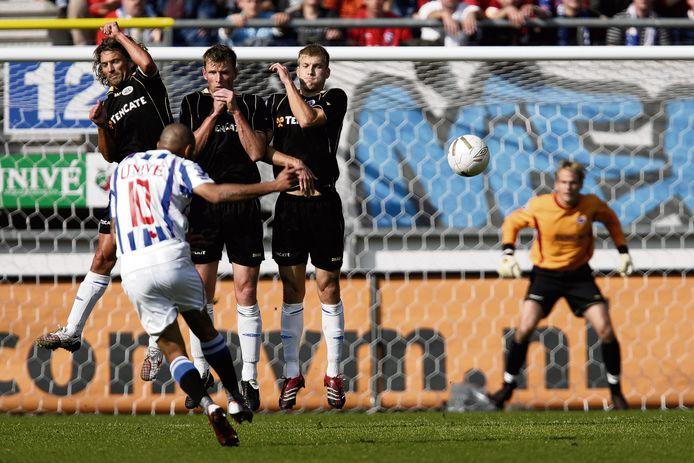 Rob Maas in het muurtje van Heracles, maar het kan niet voorkomen dat Afonso Alves scoort uit zijn vrije trap. Hij zou op die 7 oktober 2007 liefst zeven keer scoren namens Heerenveen.