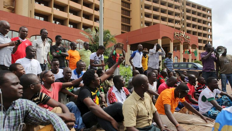 Demonstranten bij het Laico hotel in Ouagadougou. Beeld reuters