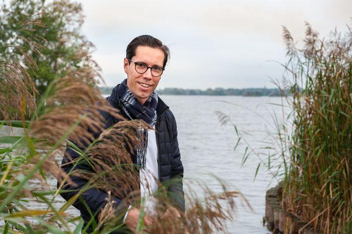 Hans Alderliesten bij de Reeuwijkse Plassen, waar hij vaak is om rust te vinden en van de natuur te genieten.