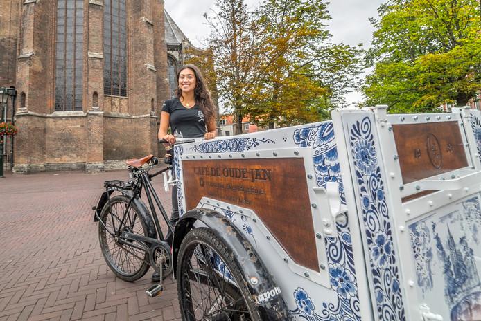 Café de Oude Jan heeft een bakfiets laten beschilderen door Royal Delft in Delfts blauw. Met de fiets wordt binnenkort afval opgehaald.