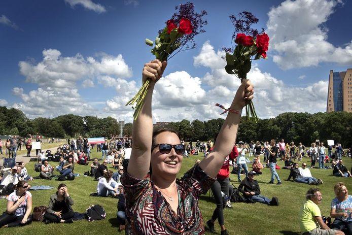 Ook in Groningen wordt met bloemen gedemonstreerd tegen de 1,5 metersamenleving.