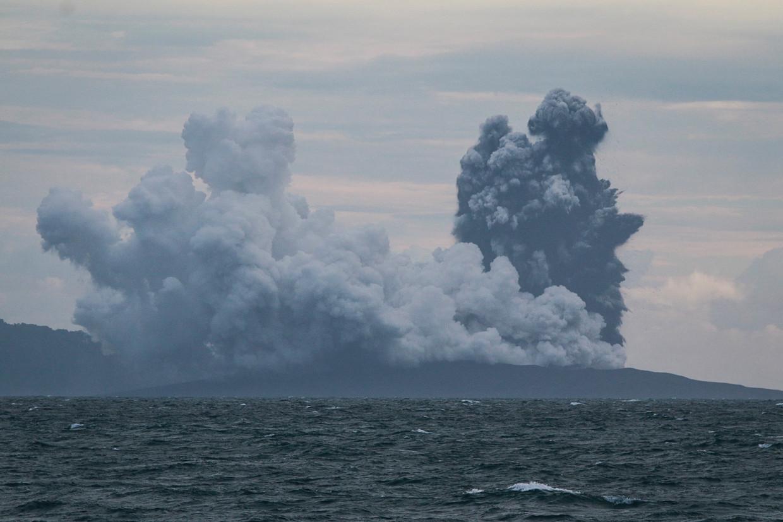 De Indonesische vulkaan Anak Krakatau is uitgebarsten.