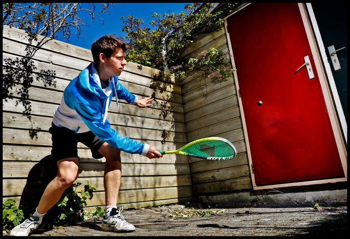Squasher Frank Goossens gebruikt zijn tuinschuurtje nu maar als muur om tegen te squashen.