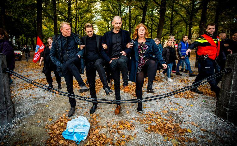 Thijs Roovers en Jan van de Ven (links, midden) tijdens de demonstratie voor hogere salarissen in de publieke sector. Beeld Freek van den Bergh