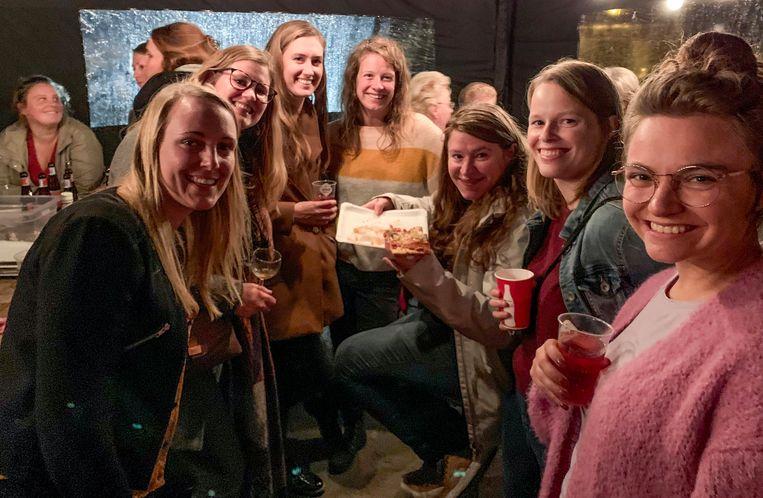 De leden van Chiro en Scouts Stasegem, die elk jaar de handen in elkaar slaan voor Stasegem Kermis, hebben buurtbewoners en vrijwilligers getrakteerd op een leuk feestje.