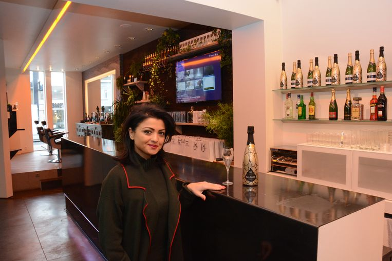 Zeyneb Usul aan de hippe loungebar van haar kapsalon.