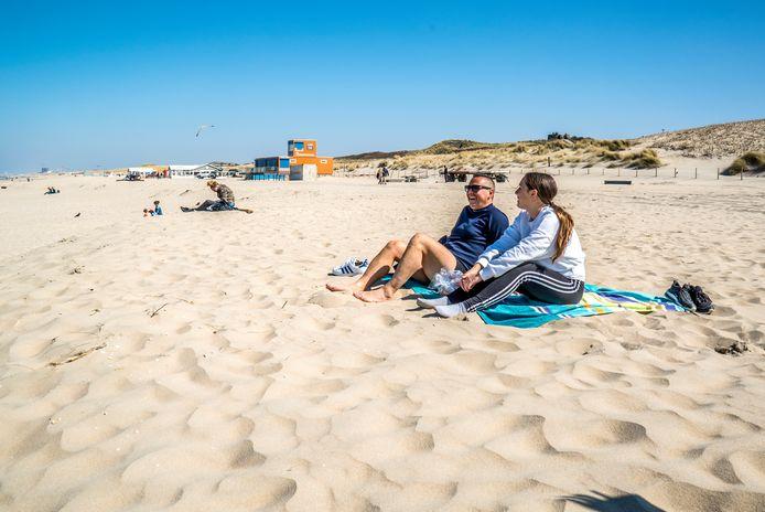 Het strand bij Kijkduin is leeg. Afstand houden is daardoor geen probleem volgens Giovanni Coladarci en dochter Laura.