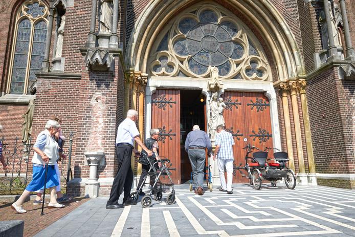 Na een korte wandeling betreden de ouderen de Lambertuskerk in Veghel.