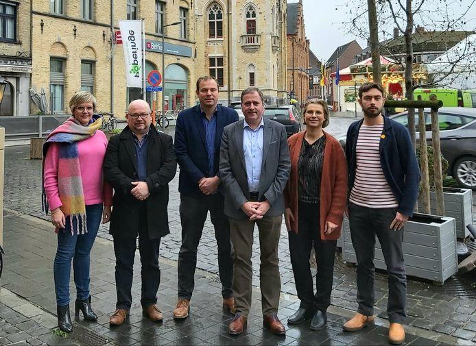 De Poperingse burgemeester Christof Dejaegher en het schepencollege.