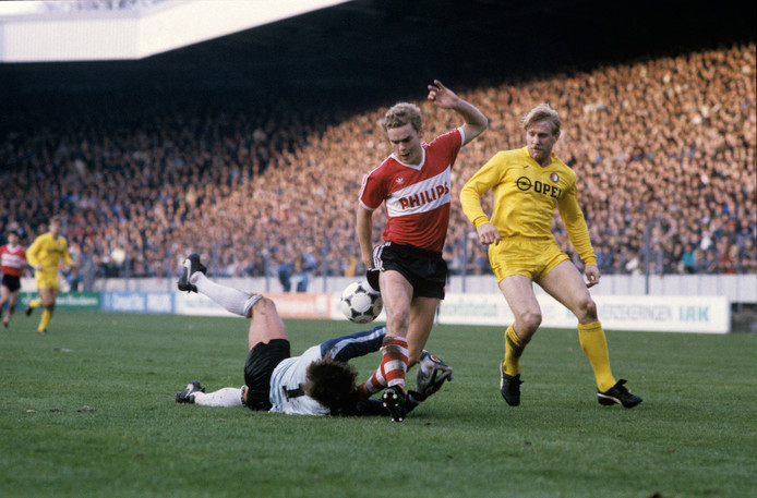 Frans van Rooij in actie tegen Feyenoord, waar keeper Joop Hiele en Ton Lokhoff hem proberen te stoppen.