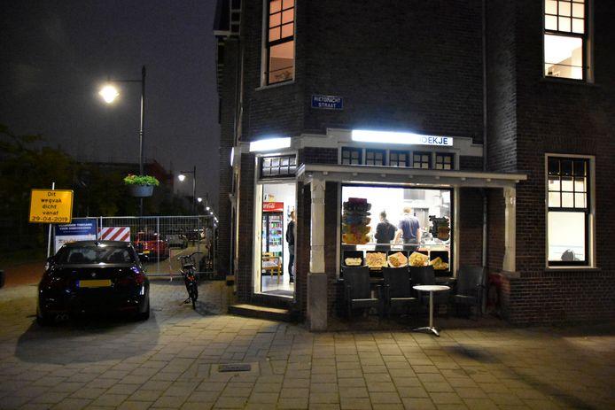 Cafetaria 't Hoekje aan de Rietgrachtstraat, kort na de overval.