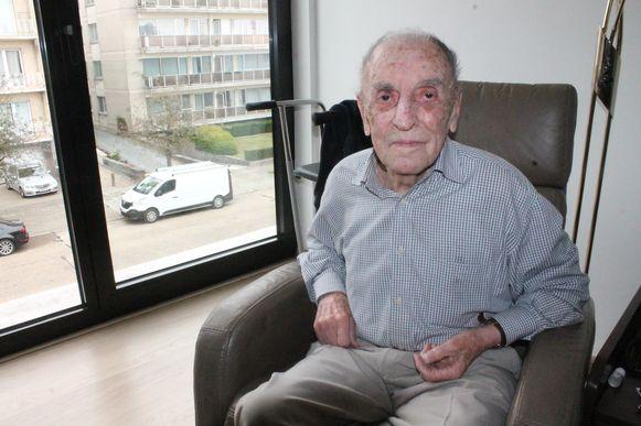 Karel Tilley zit nu nog rustig in het woonzorgcentrum, maar zondag springt hij uit een vliegtuig tijdens een duosprong.