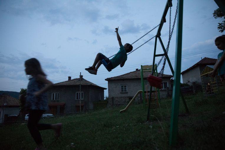 Yanas kinderen spelen met vrienden. Beeld Marlena Waldthausen