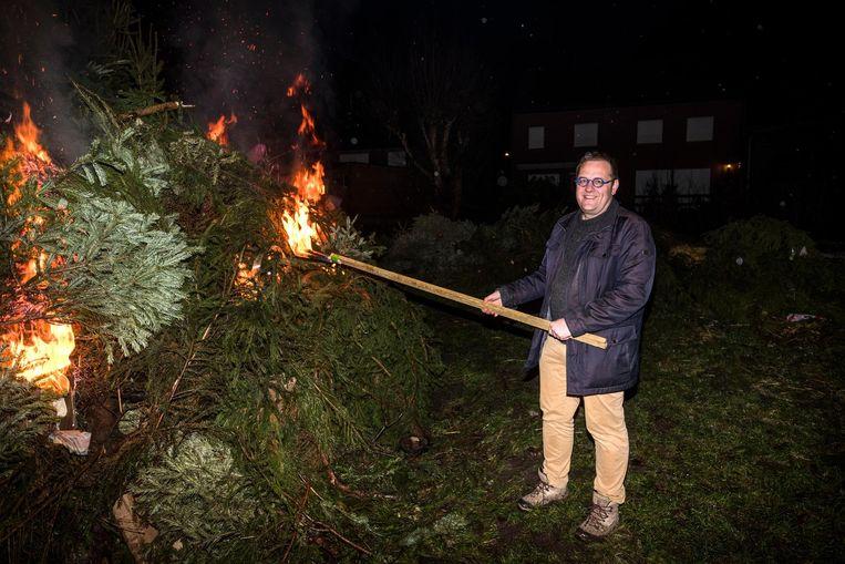 Burgemeester Tom De Vries van Niel steekt de kerstbomen aan.