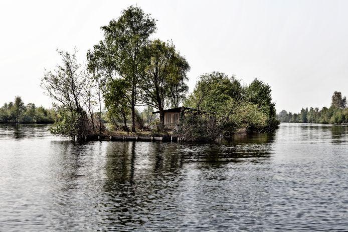 In de Vinkeveense Plassen zijn vele eilandjes, bebouwd met huisjes, hutjes, caravans en andere bouwsels.