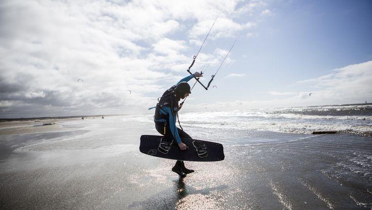 Kitesurfer Tim Hehenkamp op het strand van IJmuiden. Beeld Julius Schrank