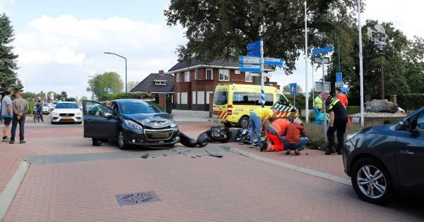Scooter in botsing met auto; vrouw gewond.