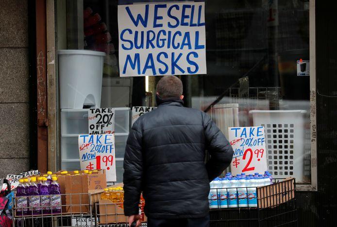 Een winkel in Manhattan (New York verkoopt chirurgische mondmaskers.