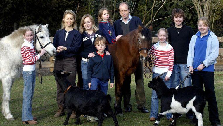 De huidige Duitse minister van Defensie Ursula von der Leyen (tweede van links) in 2005 met man en kinderen. Ze was toen in de deelstaat Nedersaksen minister voor sociale, vrouwen- en familiezaken. Beeld null