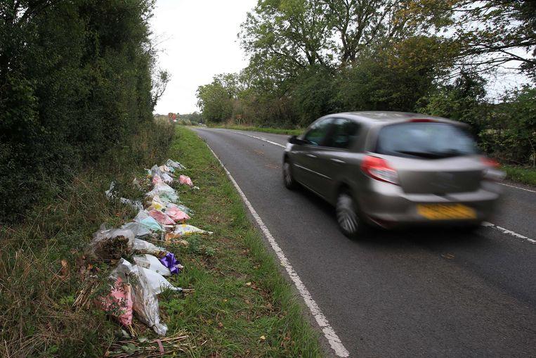 Bloemen zijn de stille getuigen van het ongeval dat het leven kostte aan Harry Dunn
