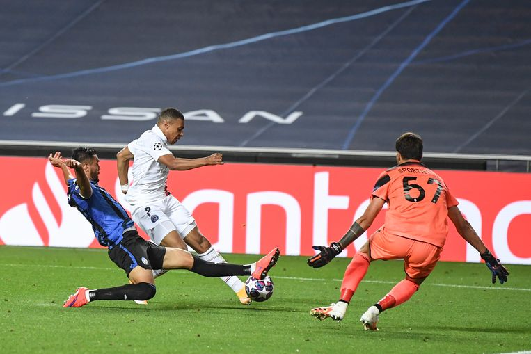 Kylian Mbappé van Paris-Saint-Germain in duel met Atalanta-verdediger Marco Sportiello. Beeld EPA