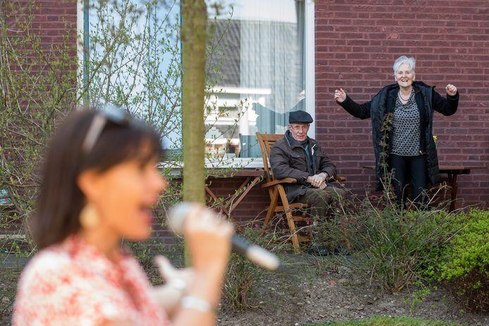 Tiel 05/04/2020 Optreden van Kilke van Buren voor bewoners van verzorgingshuis Walstede die vanwege het coronavirus in quantaine zitten iov De Gelderlander foto Raphael Drent
