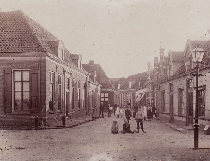 Historische foto's in Raalte: je kunt vanaf nu sparen in het verzamelboek van de Jumbo en de Historische Vereniging.