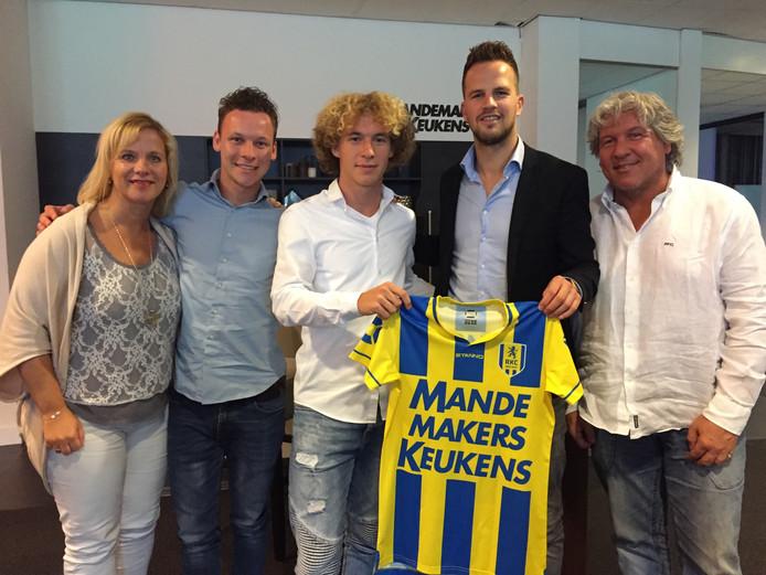 Nikki Baggerman poseert met zijn familie en directeur Frank van Mosselveld na het tekenen van zijn eerste contract.
