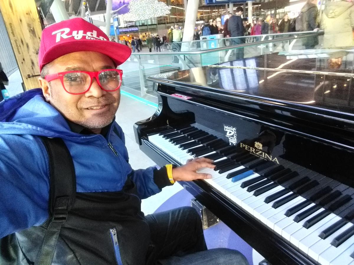 Ernesto Dennis spelend op een van de vele stationspiano's in ons land.
