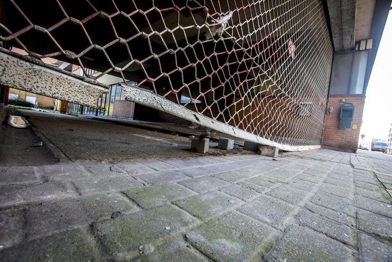 De toegang is slecht afgesloten. Wie wil, kan onder de poort kruipen.