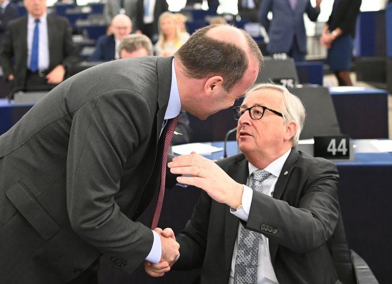 Manfred Weber (links), de 'spitskandidaat' namens de christen-democraten, begroet voorzitter Jean-Claude Juncker van de Europese Commissie, vorige week in het Europees Parlement in Straatsburg. Weber zou Juncker graag willen opvolgen.  Beeld EPA
