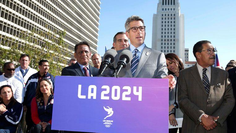 Casey Wasserman, voorzitter van het organisatiecomité van LA 2024, spreekt de media toe.