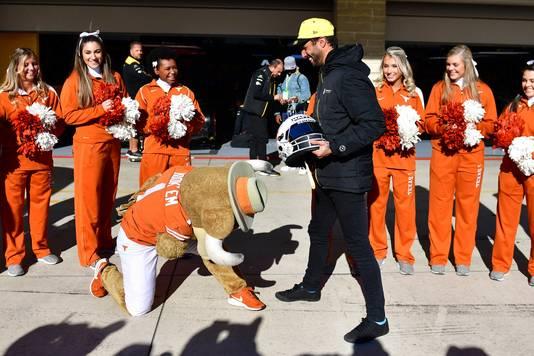 Daniel Ricciardo met de mascotte en cheerleaders van de Texas Longhorns.