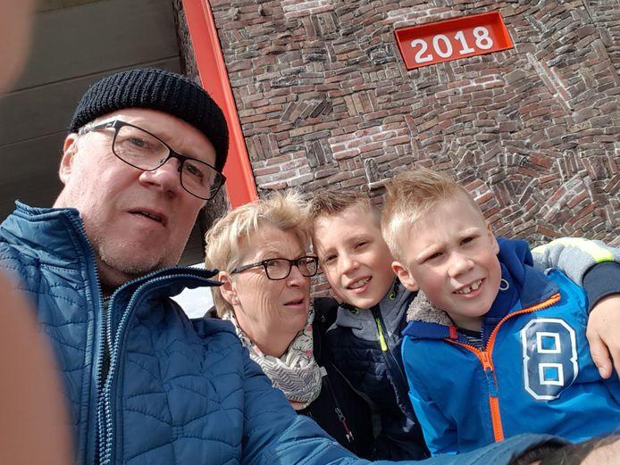 """""""Mooi dat wij hier even mogen fietsen samen met onze kleinkinderen op de N18"""", aldus Johan Scholten."""