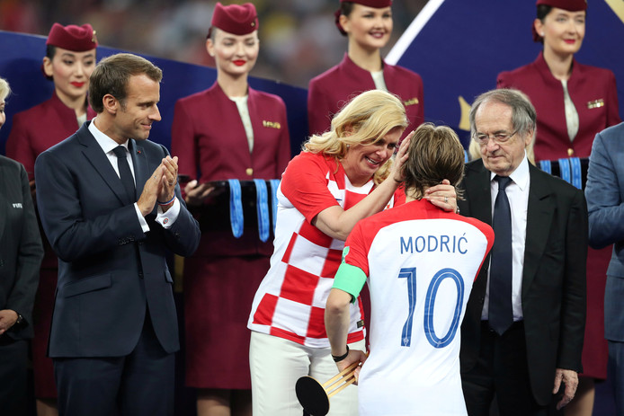 De Kroatische president Kolinda Grabar-Kitarovic troost Luka Modric.