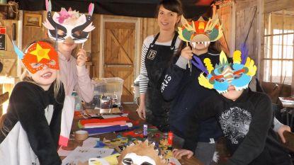 Kinderen knutselen carnavalsmaskers