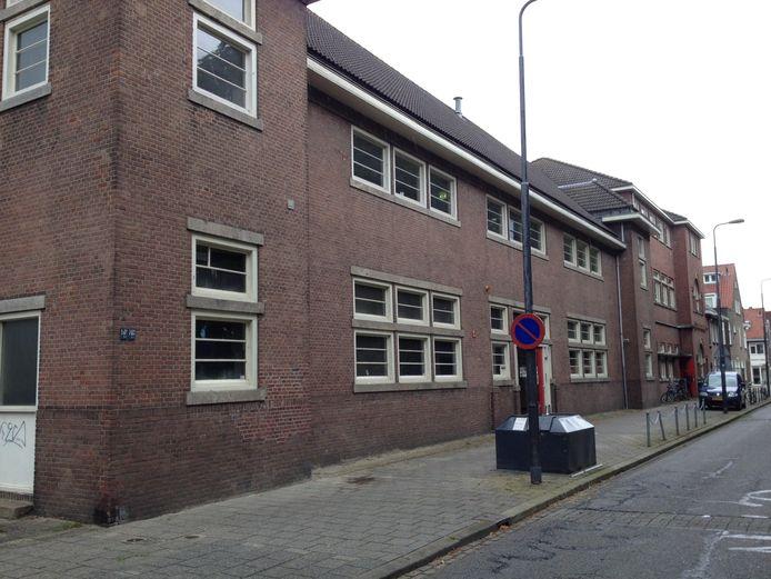Het voormalige schoolgebouw Kameleon aan de Geldersedam in Den Bosch wordt verbouwd tot woningen.